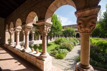 20371238-garden-of-the-cloisters-museum-in-new-york